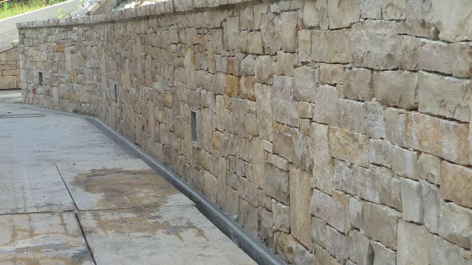 Pavimento In Pietra Di Trani : Lavorazione pietra di trani e pietre dei balcani artigiani
